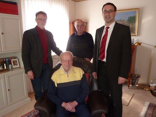 Manfred Gerhardt und Sören Bartol gratulieren dem Jubilar.