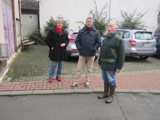 Rosemarie Wolny, Kurt Schwald und hannes Mika vor dem Dorfgemeinschaftshaus; Foto Hermann Schorge