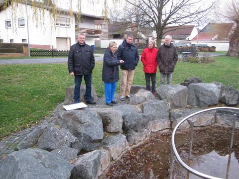 Am Tretbecken: Jürgen Herbel, Gudrun Werding, Kurt Schwald, Marita und Gregor Busse; Foto Hermann Schorge